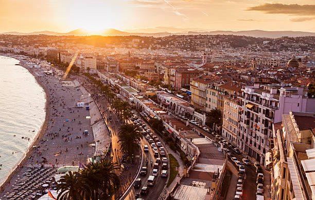 Panorama de Nice sur la Côte d'Azur pendant un coucher de soleil