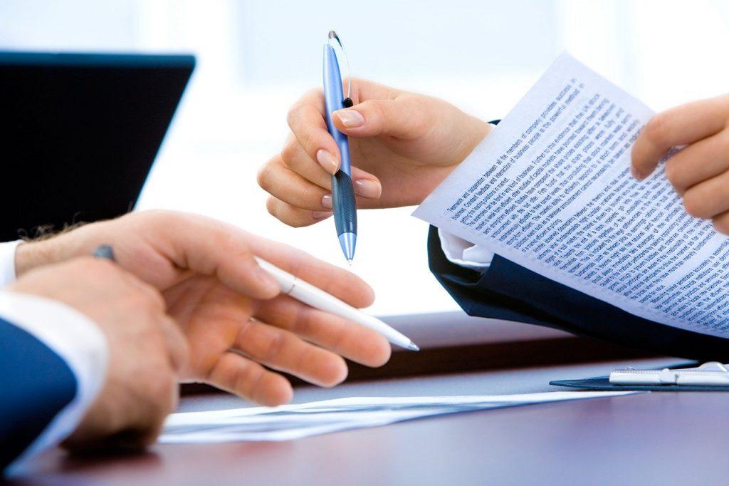 deux personnes qui tiennent des documents